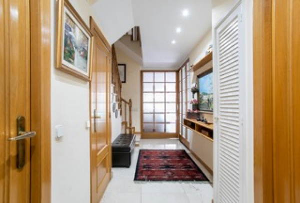 Chalet adosado en venta con jardín y piscina privada, 5 habitaciones en el centro de Sant Cugat