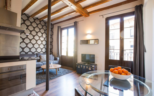Short term furnished apartment for rent near the Arc de Triomf