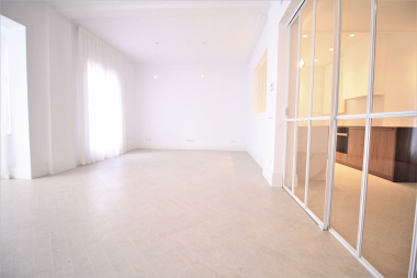 Bright and renovated 4 bedroom apartment for rent in Galvany