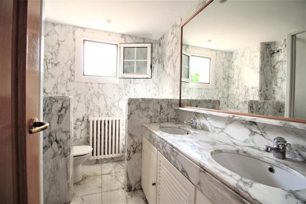 Fantastica casa unifamiliar de 5 habitaciones con jardin en alquiler en Sarria
